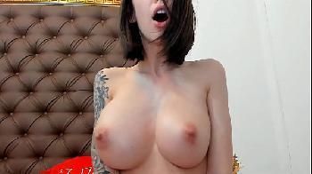 Novinha tatuada e peituda se masturbando na webcam