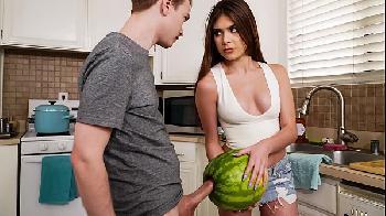 Pegou o primo se masturbando com uma melancia - Winter Jade e Alex Jett