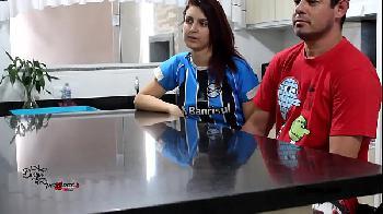 Esposa transando com o marido e amigo durante uma partida de futebol